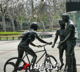 玻璃钢仿铜树脂一家三口聊天人物雕塑户外园林景创意大型商业街